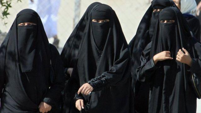 mulheres sauditas andam na rua