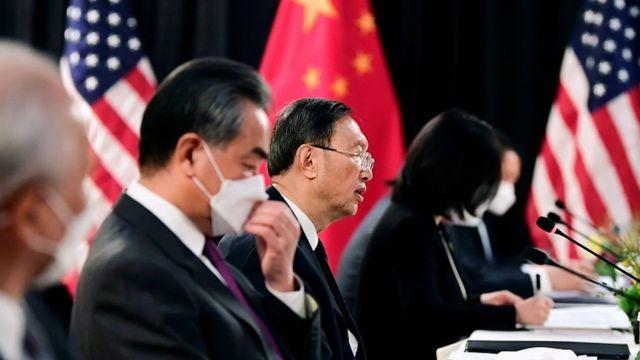 Yang Jiechi (ortada) Washington'ı askeri gücünü ve mali üstünlüğünü diğer ülkelere baskı yapmak için kullanmakla suçladı.