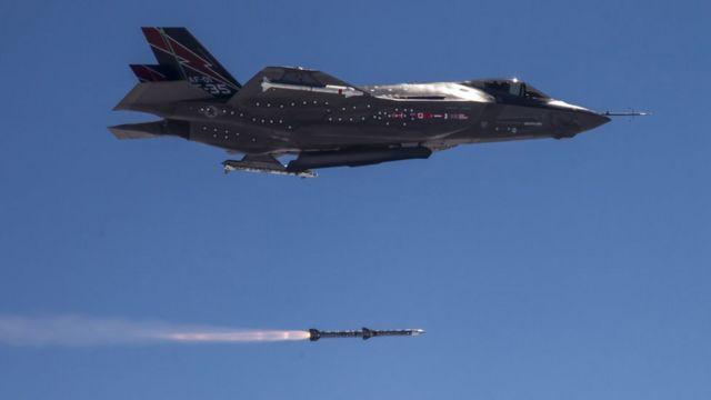 F-35 пускает ракету