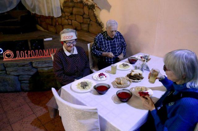 """пожилые люди в благотворительном кафе """"Добродомик"""" в Новосибирске"""