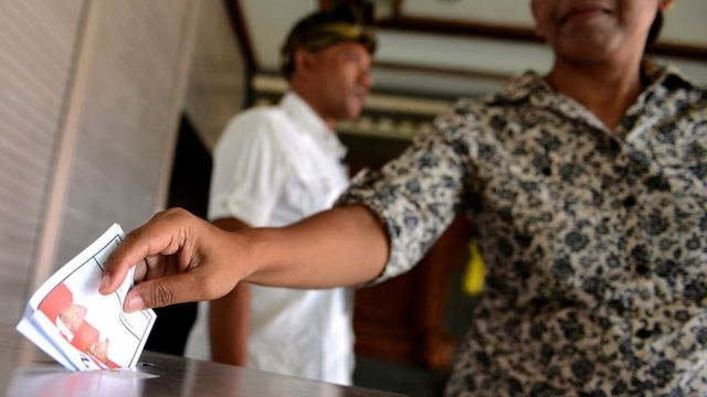 ผู้หญิงบาหลี หย่อนบัตรลงคะแนนเลือกตั้ง 9 ธ.ค. 2015