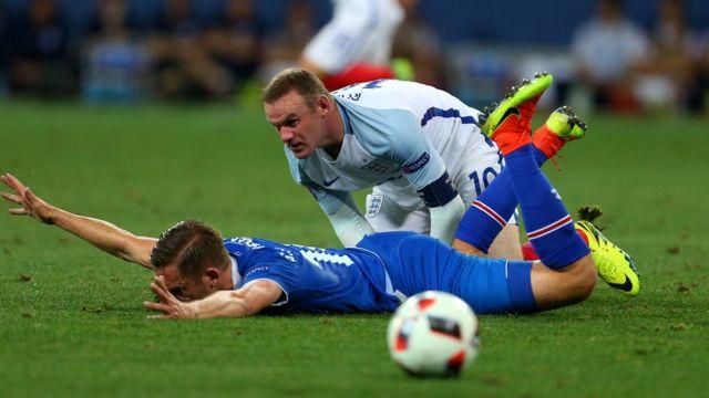 Руни в игре с Исландией