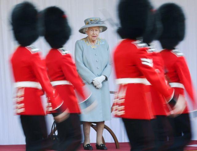 الملكة إليزابيث (وسط الصورة)