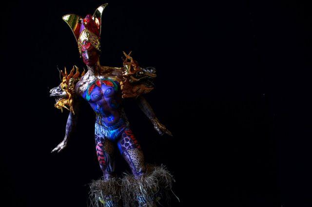 برازیل کے میک اپ فنکار جوناتھن پاون اور ایلیسن روڈریگیز نے ماڈل تھیا گو کے جسم پر اپنے فن کا مظاہرہ کیا ہے