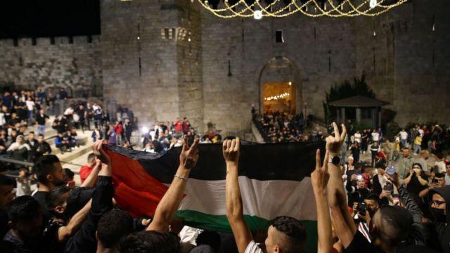 فلسطينيون يهتفون