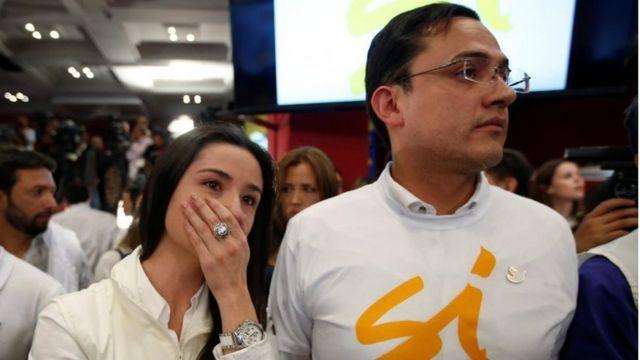 """Simpatizantes del """"sí"""" reaccionan con tristeza a los resultados del plebiscito del 2 de octubre."""