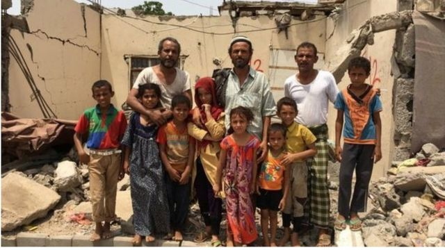 အပျက်အစီးကြားက ယီမင်နိုင်ငံသားများ