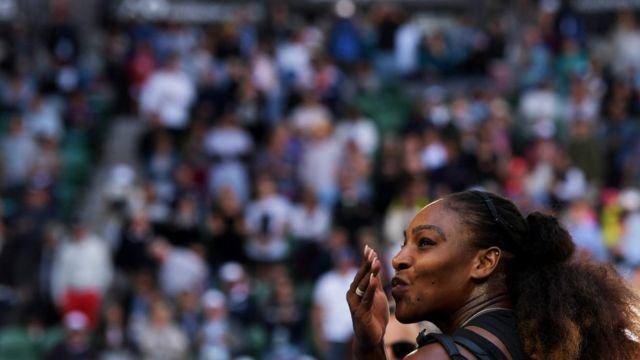 سيرينا ويليامز تحيي مشجعيها بعد الفوز في مباراة الدور قبل النهائي