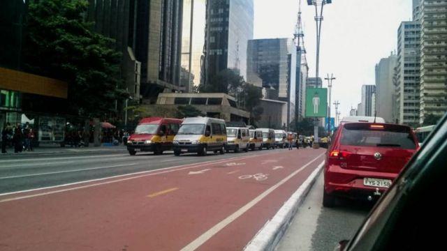 Vans escolares em protesto na Avenida Paulista