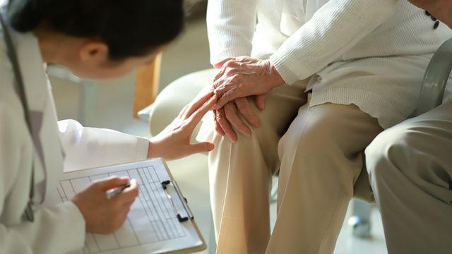 Una mujer consultando a una médica