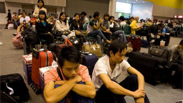 ผู้โดยสารนั่งรอเที่ยวบินอยู่ที่ไบเทค ซึ่งเปิดเป็นสนามบินฉุกเฉิน หลังสุวรรณภูมิโดนปิด