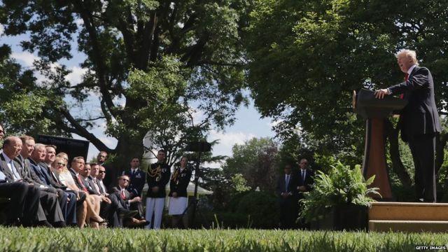 Donald Trump hace el anuncio en la Casa Blanca frente a sus asesores