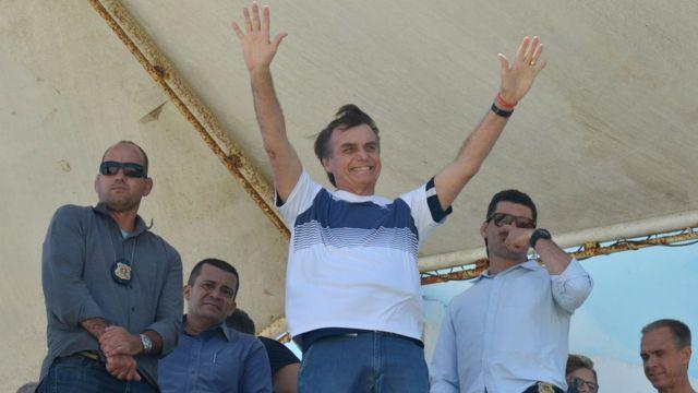 Jair Bolsonaro acena para apoiadores, perto de seu condomínio, no Rio de Janeiro, em 31 de outubro