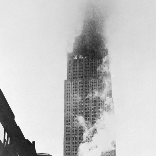 Empire State Building envolto em fumaça e chamas em 28 de julho de 1945