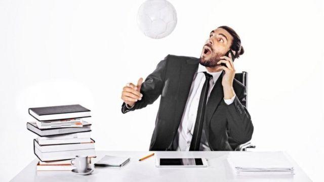 موظف يثير المشاكل