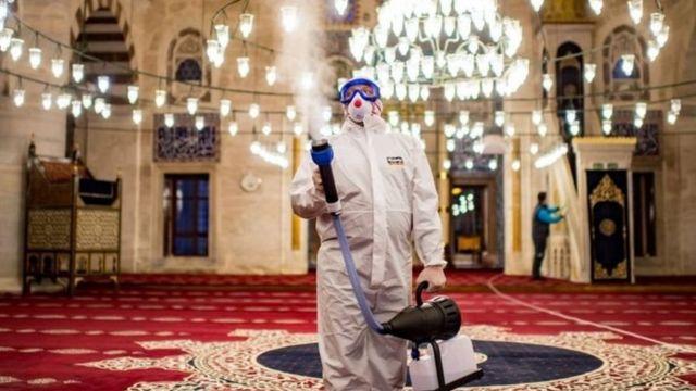 La desinfección se lleva a cabo regularmente en lugares públicos de Turquía.