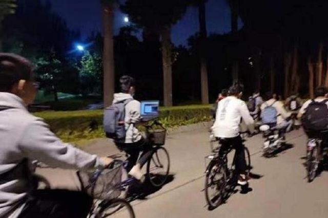 社交媒體上流傳的清華大學學生邊騎車邊操作筆記本電腦的照片。
