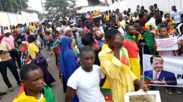 """Ces manifestants s'insurgent contre les propos """"insultants"""" tenus par le président français Emmanuel Macron à l'égard du président Paul Biya."""