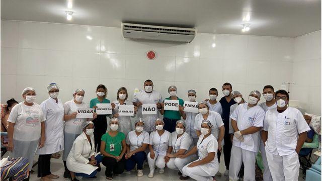 Equipe de Vitória do Santo Antão portando cartazes