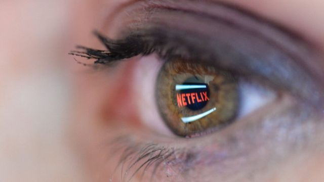 Un ojo en el que se puede ver proyectado el logotipo de Netflix