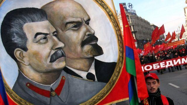 Retratos de Stalin y Lenin en una marcha en conmemoración de la revolución de octubre.
