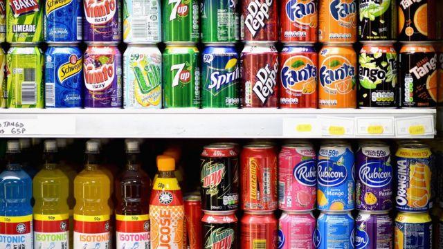 صورة تظهر صفوفا من مشروبات غازية بأحد المحال