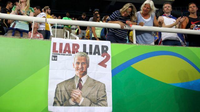 Un cartel se mofa de la denuncia de robo de Lochte y sus compañeros