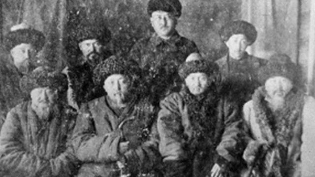 Шабдан Жантаевдин уулдары: Самудин Шабданов (биринчи катарда солдон экинчи), Кемел Шабданов (экинчи катарда солдон биринчи), Мокуш Шабданов (2-турган)