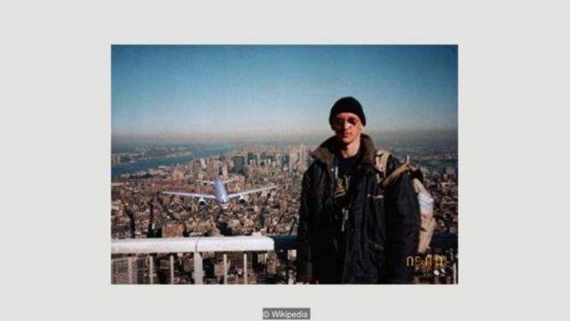 Foto 'Pria Turis' ini adalah palsu - dan diambil pada 1997 oleh turis Hungaria yang kemudian mengubahnya secara digital setelah 9/11.