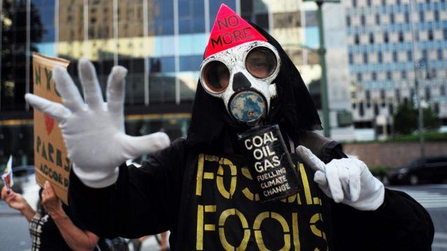 Activista con máscara antigas en protesta en Nueva York