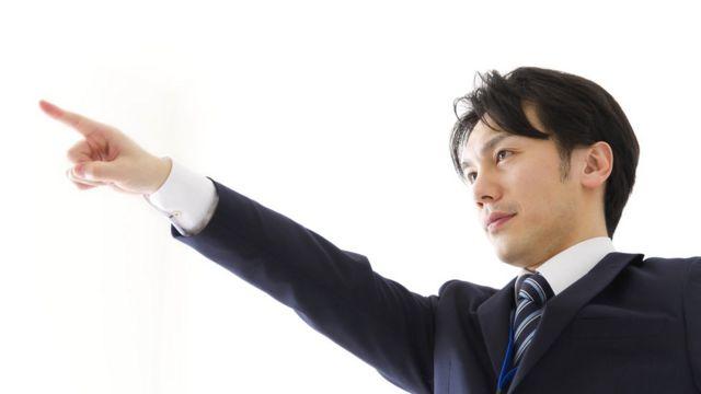 Японец указывает пальцем