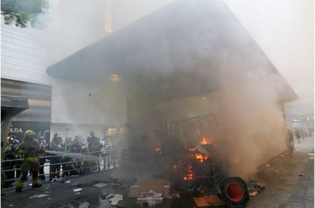 消防員撲滅香港中環地鐵站口被點燃的大火。