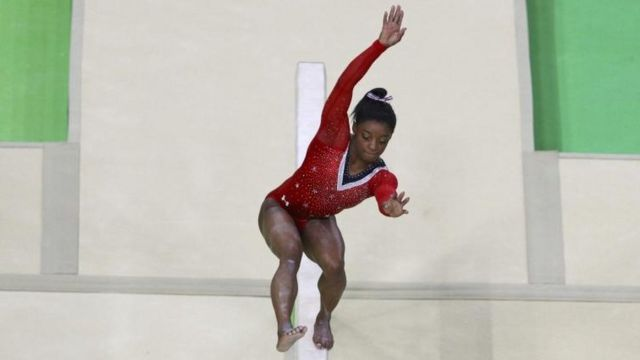 Simone Biles casi cae de la barra.