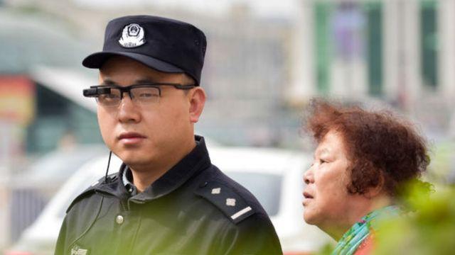 Полицейский в Китае с устройством для распознавания лиц