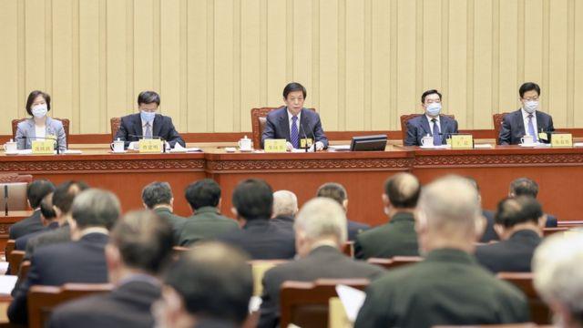 人大常委会通过修改分别有关香港特首和立法会选举办法的《基本法》附件一和附件二。