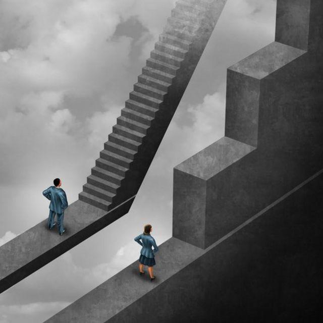 Mujer y hombre ante una representación de los obstáculos de la vida.