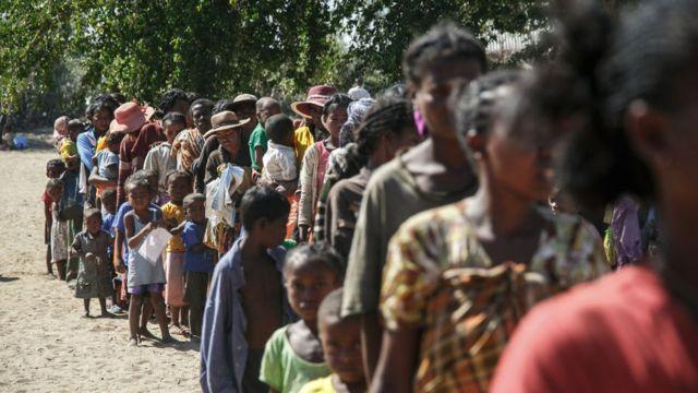 Comunidades que sofrem de desnutrição por causa da seca em Madagascar esperam ajuda, em setembro de 2011