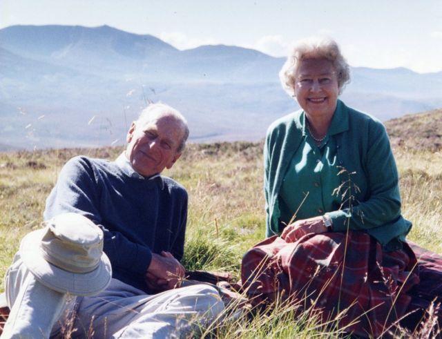 Fotografia pessoal do príncipe Philip e da rainha Elizabeth 2ª na Escócia, em 2003, tirada pela Condessa de Wessex