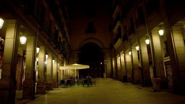Plaza Mayor de Madrid vacía en la noche.