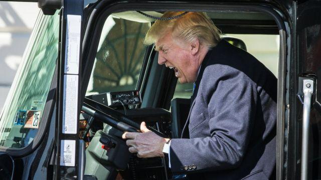 ترامب يحاول قيادة شاحنة