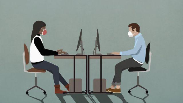 Oficina con mascarillas y distancia social