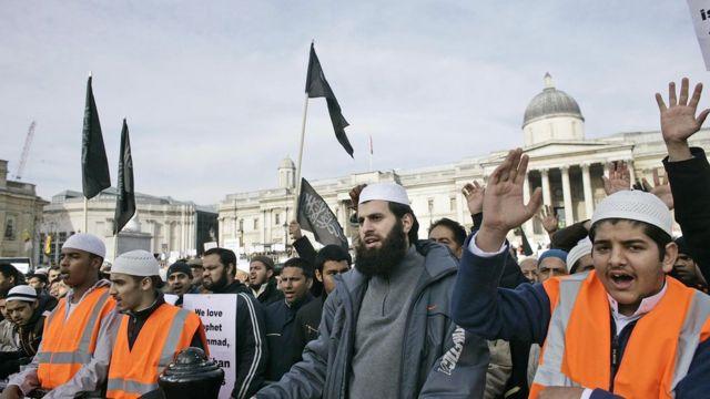 أرشيف- مظاهرة للمسلمين في لندن ضد رسوم ساخرة من النبي محمد