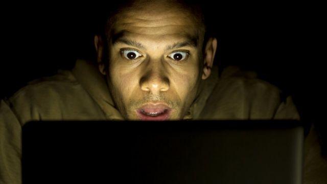 Мужчина смотрит порнографический фильм