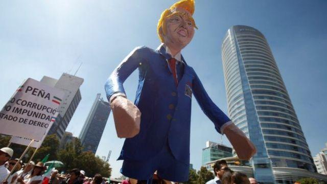 آدمک ترامپ در دست تظاهرکنندگان مکزیکی