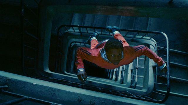 Лестницы и коридоры заброшенной многоэтажки Город Гагарина превращаются для Юрия в открытый космос, в котором он, облаченный в скафандр, парит в невесомости