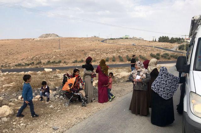 النساء والأطفال ينتظرون القافلة الطبية