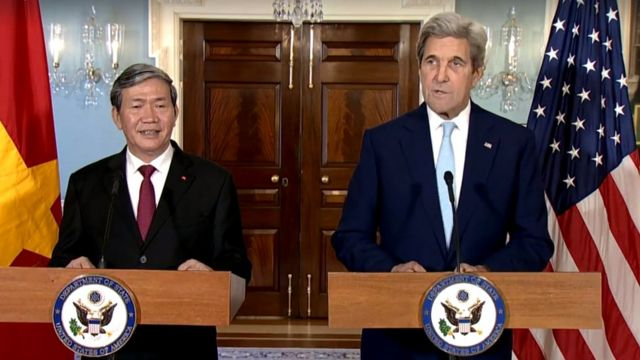 U.S. Secretary of State John Kerry welcomes Executive Secretary of Vietnam's Communist Party Dinh The Huynh to Washington, at the Department of State, October 25, 2016