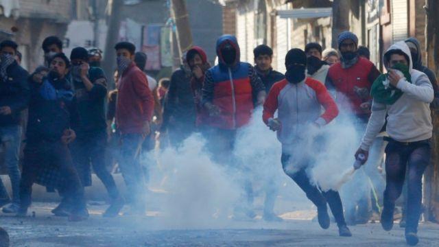 जम्मू कश्मीर के श्रीनगर में प्रदर्शन करते लोग