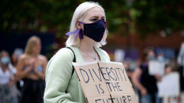 """متظاهرة تحمل لافتة تقول """"التنوع هو المستقبل"""" خلال مظاهرة """"Black Lives Matter"""" في كينغ سكوير، لندن بريطانيا، في 13 يونيو/حزيران 2020"""