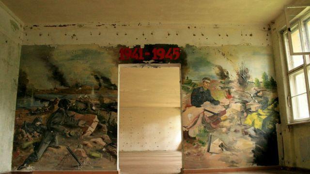 Murais soviéticos foram pintados em construção onde estava teatro